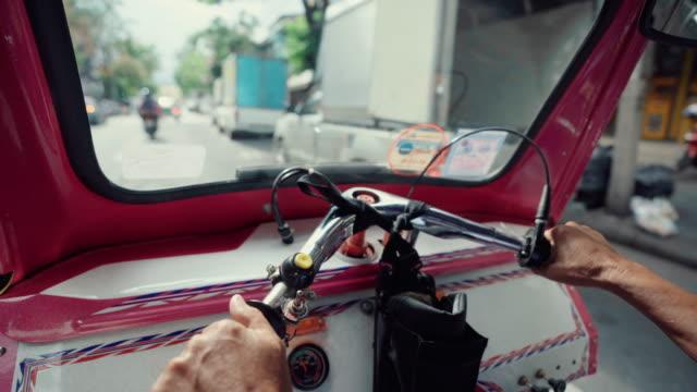 thailand tuk tuk fahrzeug für den transport touristen - rikscha stock-videos und b-roll-filmmaterial