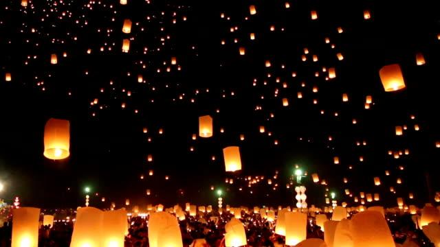 tailandia ardente di lanterne del cielo - lanterna attrezzatura per illuminazione video stock e b–roll