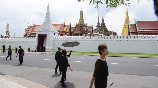 thailand's king bhumibol adulyadej the world's longestreigning monarch died at the age of 88 in bangkok's siriraj hospital on thursday after his... - könig königliche persönlichkeit stock-videos und b-roll-filmmaterial