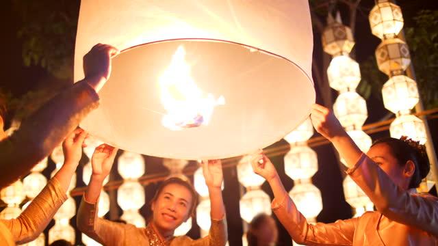 vídeos de stock e filmes b-roll de thailand's lanna loi kra tong festival - lâmpada elétrica