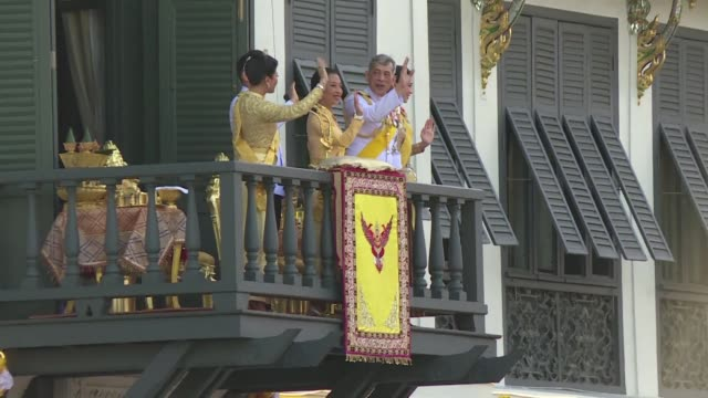 stockvideo's en b-roll-footage met thailand's newly crowned king maha vajiralongkorn praises a show of unity at his first public address on the final day of an elaborate coronation... - koning koninklijk persoon