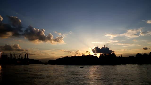 テムズ川日没ヴォクソールロンドンの時間経過 - バタシー発電所点の映像素材/bロール