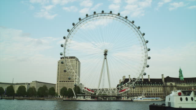 vídeos de stock e filmes b-roll de t/l ws thames river with millennium wheel / london, uk - roda gigante