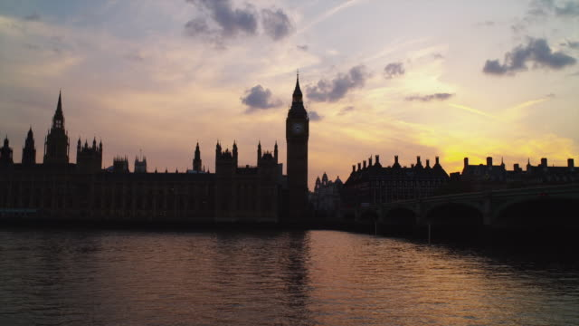 vídeos y material grabado en eventos de stock de t/l ws thames river with westminster skyline at sunset / london, uk - england