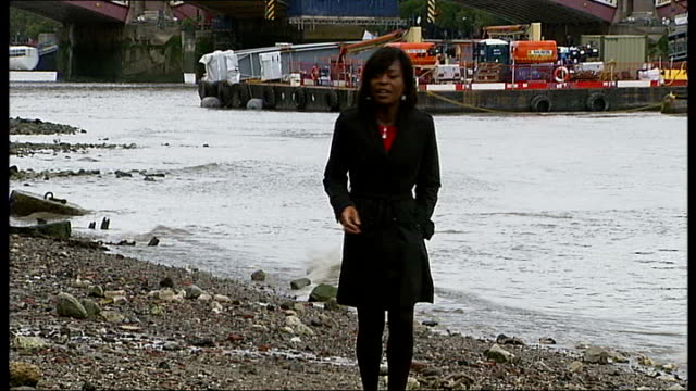 vídeos y material grabado en eventos de stock de investigation ongoing / human trafficking continues; england: london: river thames: ext reporter to camera det chief insp mark dunne interview sot -... - torso