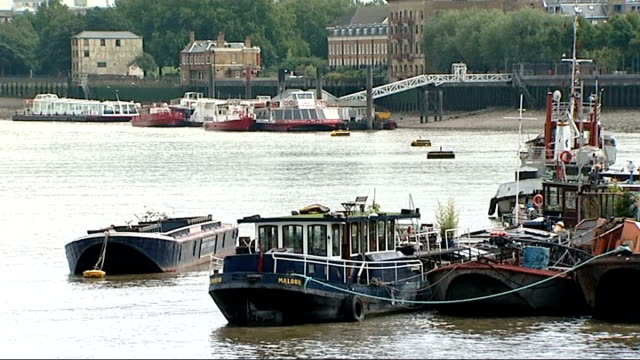 vídeos de stock, filmes e b-roll de thamestideway tunnel 'super sewer' plans criticised by former ofwat head england london ext general view of river thames with barges moored in... - tunnel