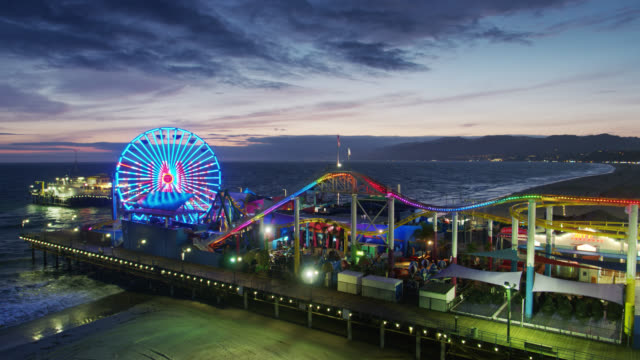 "vídeos de stock, filmes e b-roll de ""thank you"" messages to doctors and nurses in light show on ferris wheel of closed santa monica pier during covid-19 lockdown - aplanar a curva"