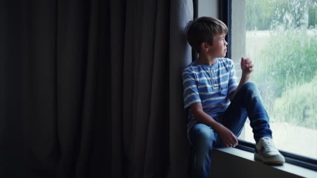 vídeos de stock, filmes e b-roll de obrigado homem do tempo, agora não posso sair e jogar - peitoril de janela