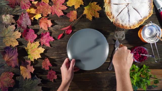 vídeos y material grabado en eventos de stock de tarta de manzana de acción de gracias - pastel dulce