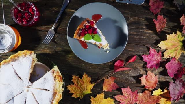 stockvideo's en b-roll-footage met thanksgiving appeltaart - crane shot