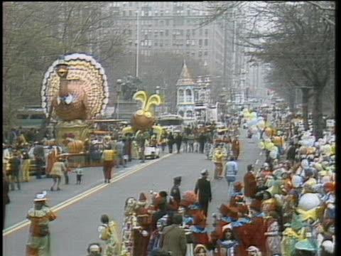 vídeos y material grabado en eventos de stock de thanksgiving day turkey is a featured float in the 1979 macy's thanksgiving day parade in new york city. - 1979