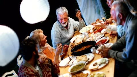 vídeos y material grabado en eventos de stock de cena de acción de gracias. - mesa de comedor