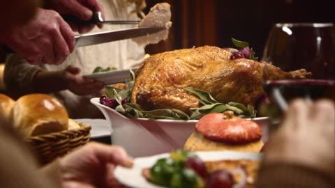 vídeos y material grabado en eventos de stock de thanksgiving turkey se cortan y sirven - mesa de comedor