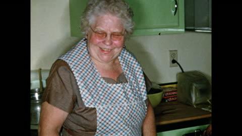 vídeos y material grabado en eventos de stock de 1954 thanksgiving - cocina electrodomésticos