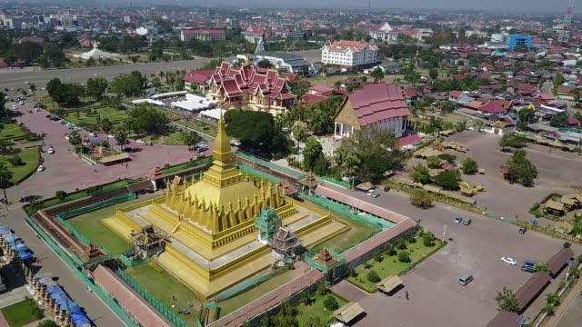 vídeos de stock e filmes b-roll de that luang, vientiane great stupa. - estilo do século 16