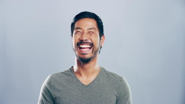 vidéos et rushes de ce genre de rires incontrôlables - fond gris