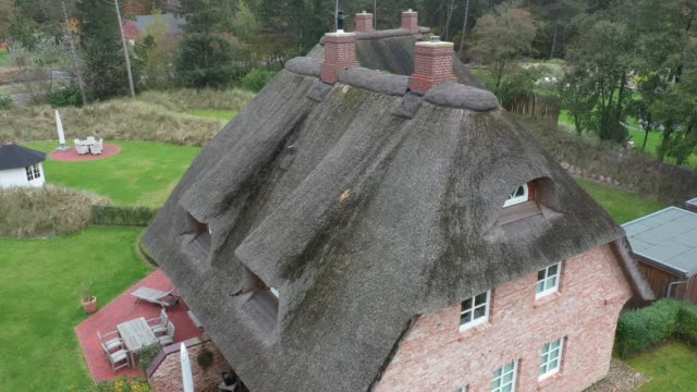thatched roof in sankt peter-ording in schleswig-holstein in germany on october 19, 2019 at sankt-peter-ording, germany. sankt-peter-ording is among... - thatched roof stock videos & royalty-free footage