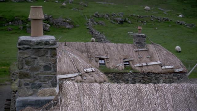 vídeos y material grabado en eventos de stock de thatched roofs characterize the black houses of gearannan scotland. available in hd. - techo de paja