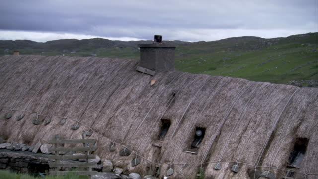 vídeos y material grabado en eventos de stock de thatched roofs characterize the black houses of gearrannan scotland. available in hd. - techo de paja