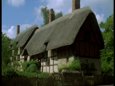 thatched tudor cottage, stratford-upon-avon - anne hathaway's house (wife of shakespeare) - strohdach stock-videos und b-roll-filmmaterial