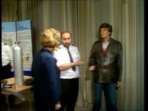 heathrow ms margaret thatcher looking at drugs in cellophane bags tilt down and zoom in tins in bag sof quotwe're after you pan rl drugs in... - 1985 bildbanksvideor och videomaterial från bakom kulisserna