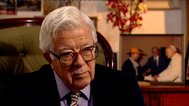 vídeos de stock, filmes e b-roll de lord howe interview lord howe interview sot what changed most was that for a long time if for example she was going to a european summit meeting she... - setting clock