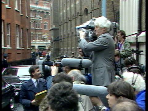 stockvideo's en b-roll-footage met thatcher votes a england london westminster castle lane ts pm margaret thatcher's car followed by others arrive at polling station bv margaret... - conservatieve partij