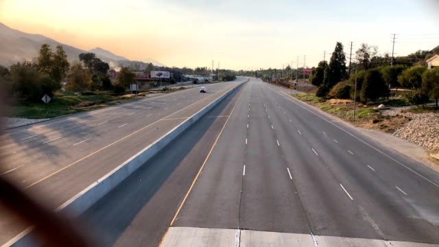 the 101 freeway is empty during the woolsey fire - woolsey feuer stock-videos und b-roll-filmmaterial