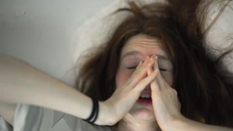 den 16-år-bara långhåriga flicka som vaknar upp. - kaos bildbanksvideor och videomaterial från bakom kulisserna