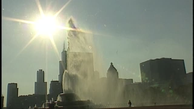 the 1995 chicago heat wave led to approximately 750 heat-related deaths and temperatures went as high as 110 degrees fahrenheit with a heat index of... - buckingham fountain stock videos & royalty-free footage