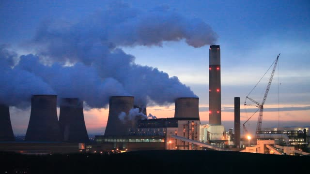 the 2000 mw ratcliffe on soar, coal fired power station near loughborough, in nottinghamshire, uk. - greenhouse gas stock videos & royalty-free footage