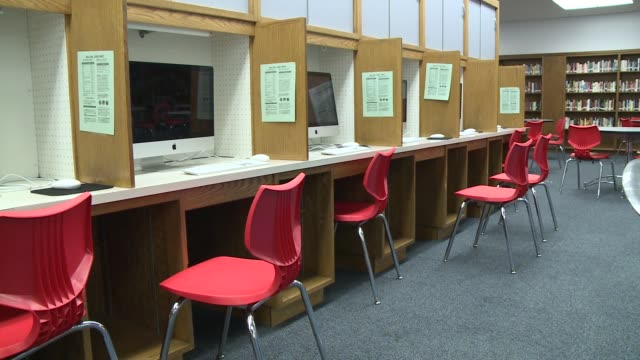 stockvideo's en b-roll-footage met wgn the 2015 graduating class of 371 students at kenwood academy high school boasted of $396 million in scholarship money three of which are gates... - slagen school