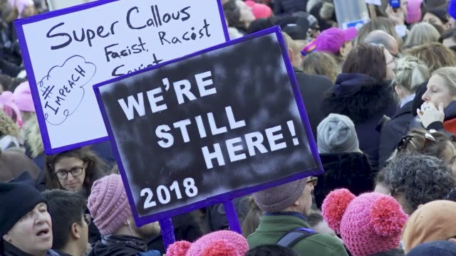 vidéos et rushes de the 2018 new york city women's march with the upcoming united states midterm elections the women's march turned into an antidonald trump protest... - défiler