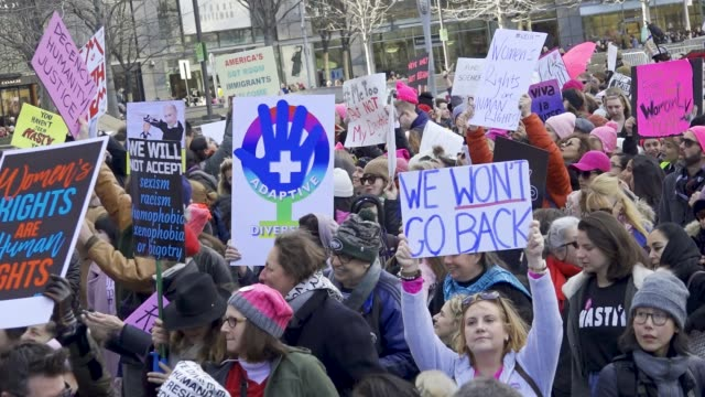 vídeos de stock, filmes e b-roll de the 2018 new york city women's march with the upcoming united states midterm elections the women's march turned into an antidonald trump protest... - marchando