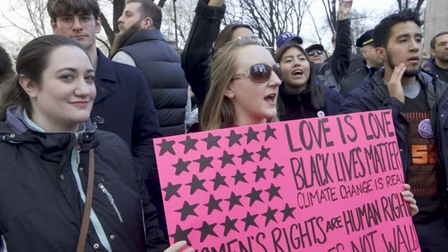 vídeos de stock, filmes e b-roll de the 2018 new york city women's march. with the upcoming united states midterm elections the women's march turned into an anti-donald trump protest.... - rosa cor