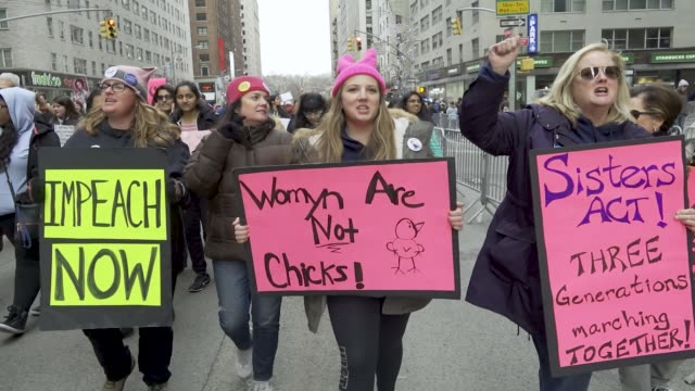 vídeos y material grabado en eventos de stock de the 2018 new york city women's march with the upcoming united states midterm elections the women's march turned into an antidonald trump protest... - rosa color