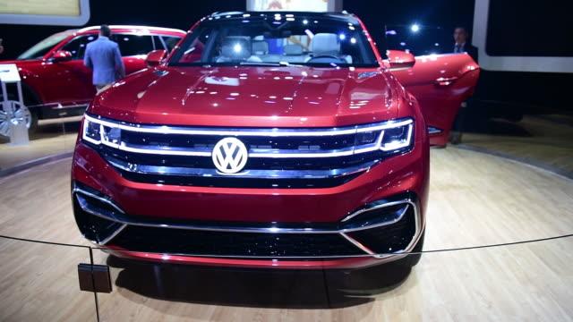 vídeos de stock e filmes b-roll de the 2019 volkswagen ag atlas cross sport is seen during the 2018 new york international auto show in new york us on thursday march 29 2018 the new... - grade de radiador