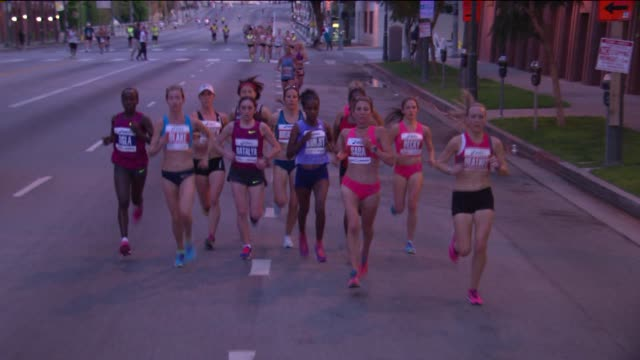 the 30th edition of the los angeles marathon took place on march 15, 2015. the marathon is a 26.219 mile footrace taking place every spring. - 女子トラック競技点の映像素材/bロール