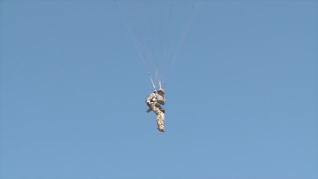 the 336th training group 22nd training squadron conduct static line training to maintain their readiness - parachuting stock videos & royalty-free footage