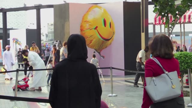 stockvideo's en b-roll-footage met the 3rd edition of the dubai canvas 3-d pavement art festival starring works by 25 local and international artists that appear to rise from the... - verschijning