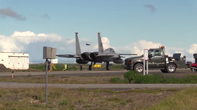 vidéos et rushes de the 493rd expeditionary fighter squadron based at royal air force lakenheath perform training and maintains an alert posture during icelandic air... - posture