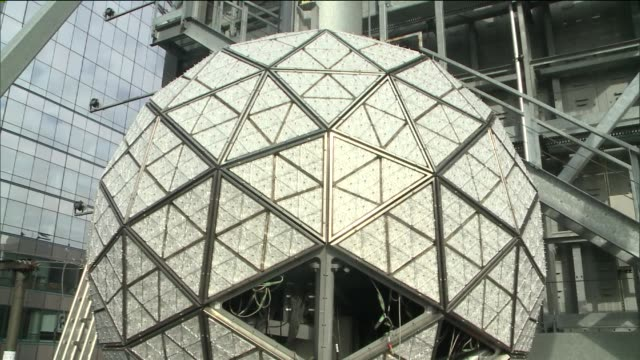 The 6ton structure contains over 32000 light blubs close to 27000 Waterford Crystals were placed on the iconic ball All of the existing crystals were...