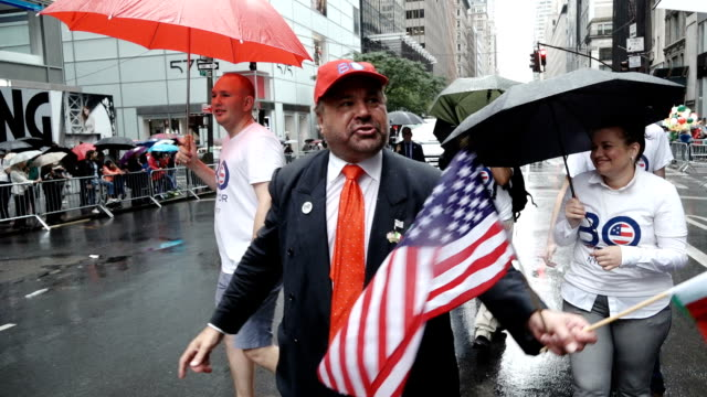"the 73rd annual columbus day parade in new york city via manhattan's 5th avenue note richard ""bo"" dietl is a former new york city police department... - politik und regierung stock-videos und b-roll-filmmaterial"