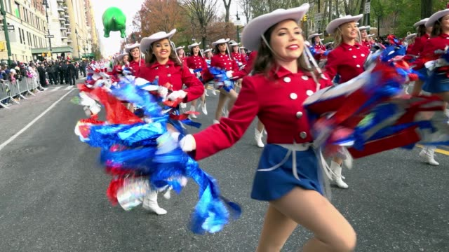 the 90th annual macy's thanksgiving day parade / view of the upper west side of manhattan and central park west new york city usa / the kilgore... - チアリーダー点の映像素材/bロール
