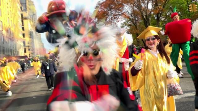 vídeos y material grabado en eventos de stock de the 90th annual macy's thanksgiving day parade / view of the upper west side of manhattan and central park west, new york city, usa. - helio