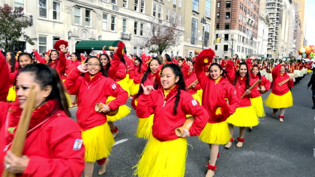 vídeos y material grabado en eventos de stock de the 90th annual macy's thanksgiving day parade / view of the upper west side of manhattan and central park west, new york city, usa / na koa ali'i -... - helio