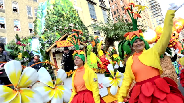 vidéos et rushes de the 90th annual macy's thanksgiving day parade / view of the upper west side of manhattan and central park west new york city usa - char de défilé