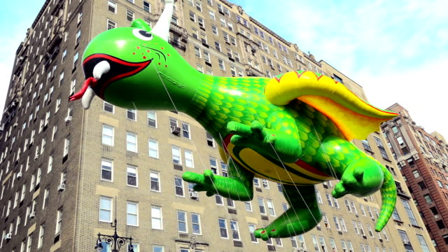vídeos y material grabado en eventos de stock de the 90th annual macy's thanksgiving day parade / view of the upper west side of manhattan and central park west, new york city, usa / rex the happy... - helio
