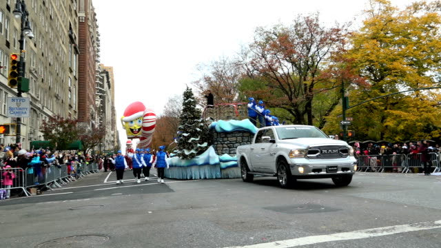 the 90th annual macy's thanksgiving day parade / view of the upper west side of manhattan and central park west new york city usa/ singersongwriter... - festwagen stock-videos und b-roll-filmmaterial