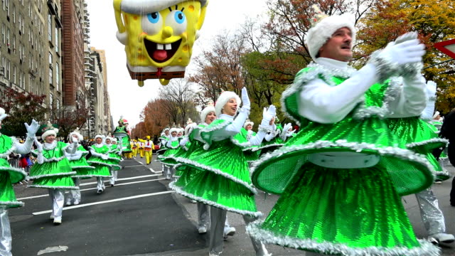 vídeos de stock e filmes b-roll de the 90th annual macy's thanksgiving day parade / view of the upper west side of manhattan and central park west new york city usa/ tap dancing... - desfile